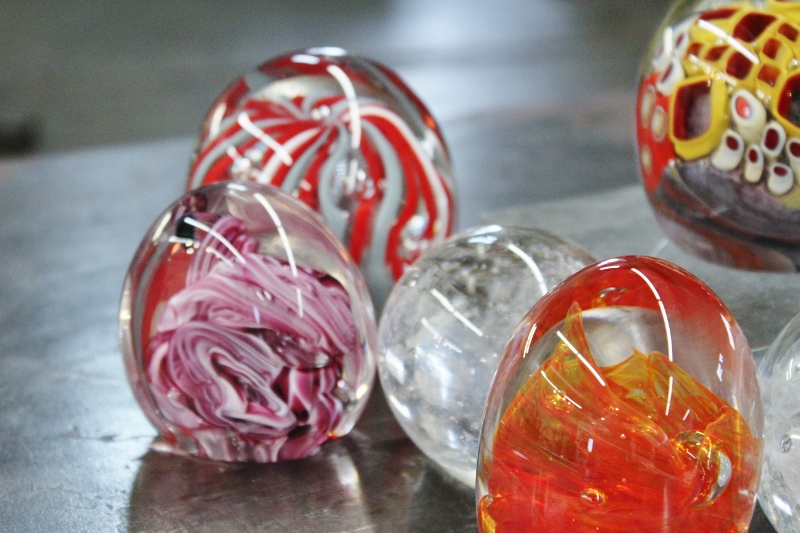 Beginning Glassblowing Paperweights (1) (800x533)